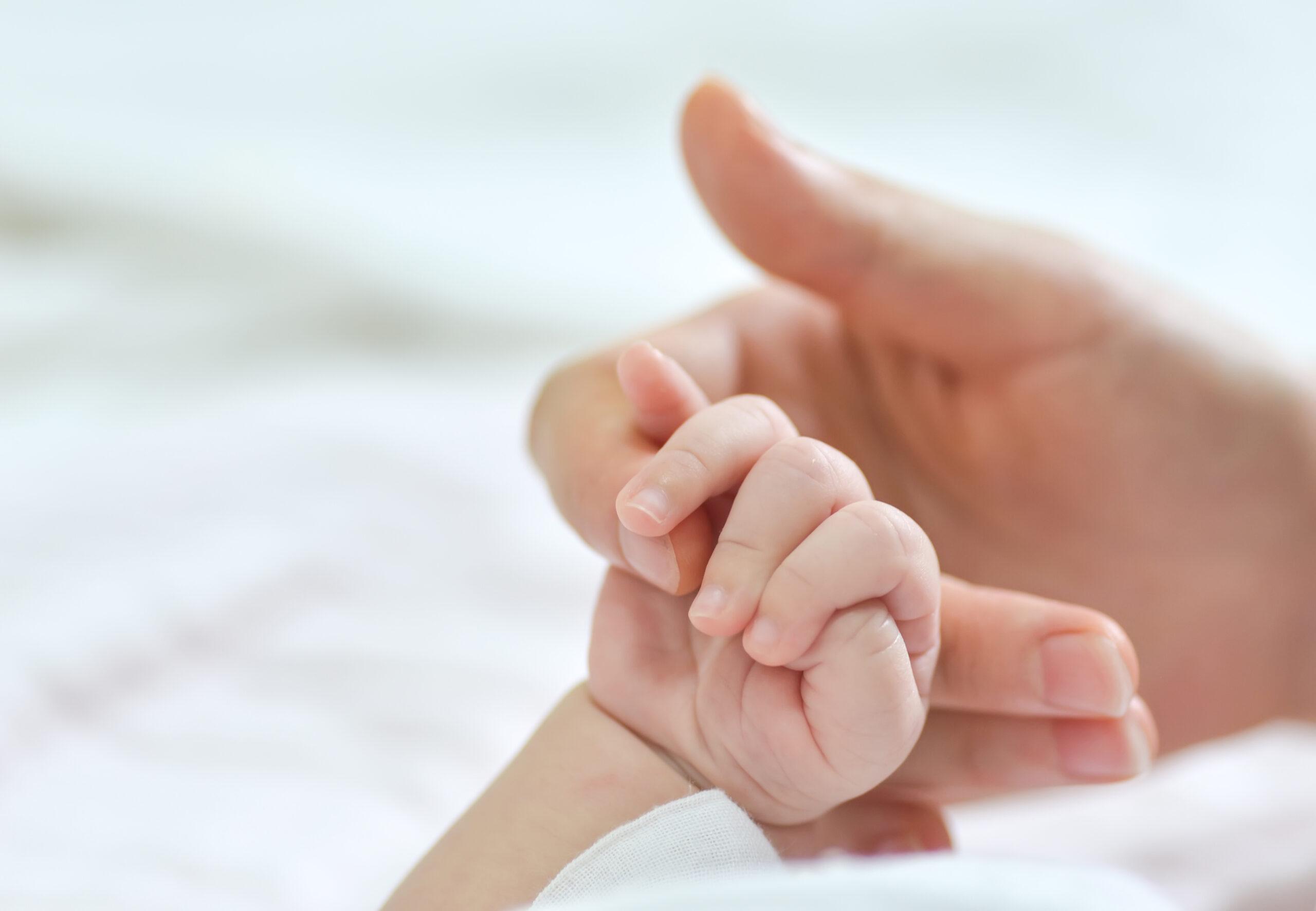 Obserwacja stóp i dłoni w pierwszym roku życia dziecka.